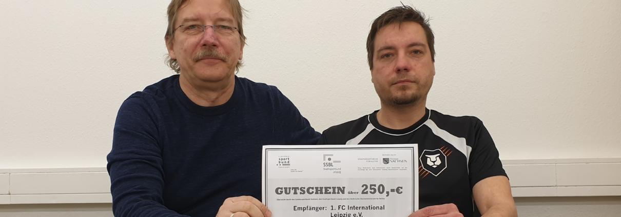 Holger Herzberg und Hanjo Kloß freuen sich über den Gutschein.